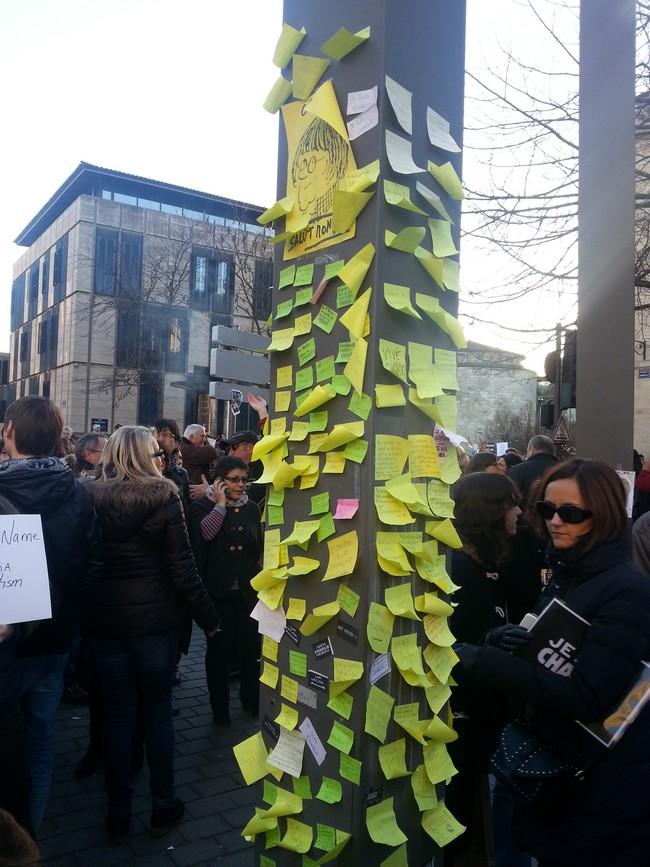 La colonne des post it à Bordeaux le 11 janvier 2015 Je suis Charlie 140 000 participants