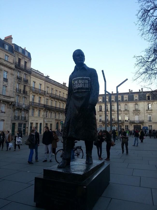 La statue de Chaban-Delmas est Charlie sur la Place Pey Berland à Bordeaux le 11 janvier 2015