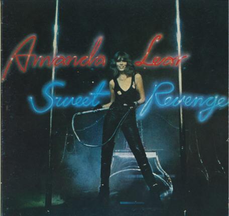 """Amanda Lear en """"Maîtresse"""" BDSM avec des cuissardes Casadei pour l'album """"Sweet Revenge"""" en 1978."""