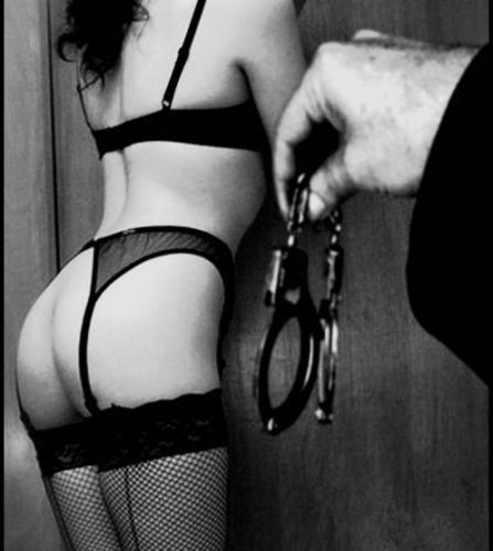BDSM Soumise en attente de menottes.
