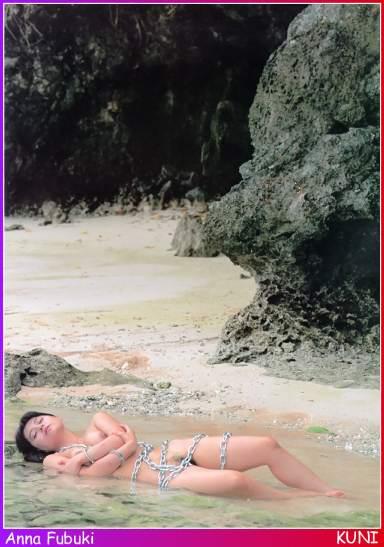 """BDSM et Bondage: La série """"Kun""""i d'Anna Fubuki enchaînée au bord de l'océan."""