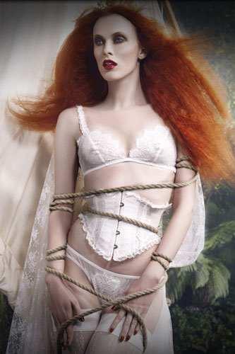 """BDSM Bondage Karen Elson pour la campagne """"Ulysses and the call of sirens"""" de la marque de lingerie Agent Provocateur Printemps-Eté 2009 AURORAWEBLOG."""