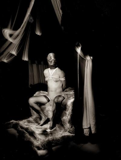 BDSM La cagoule dans la photographie de Charles Mons.