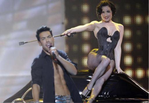 BDSM Dita Von Teese en Domina à la cravache pour la chanson allemande d'Alex Swings Eurovision 2009 Moscou.