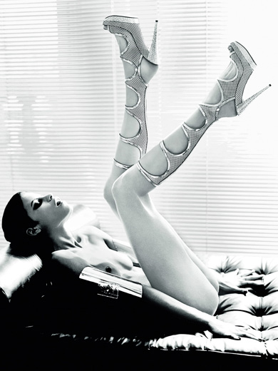 BDSM Style La marque italienne de chaussures Casadei s'installe au Printemps de Paris et s'offre un livre d'or signé d'Ellen Von Unwerth.