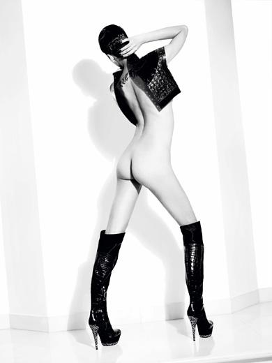 BDSM et cuir Ellen Von Unwerth livre photographies pour les cinquante ans de la marque italienne de chaussures Casadei.