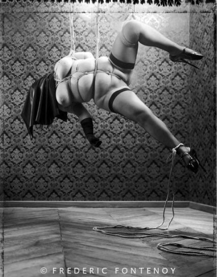 BDSM Bondage Suspension Shibari en hommage à Nobuyoshi Araki Photographie Frédéric Fontenoy.
