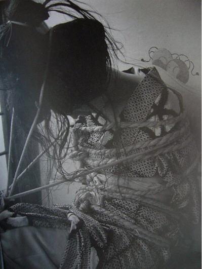 BDSM Ito Seiyu Portrait de son amante en Shibari.