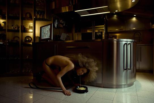 BDSM soumises L'art de Malena Mazza Les Femmes Chiennes 2009.