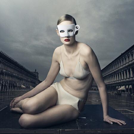 BDSM, un masque original...Photographie d'Annie Leibovitz pour le Calendrier 2009 Lavazza.
