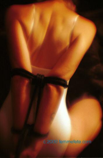BDSM Bondage avec foulard de soie photographie Michael MacGowan femmefete 2000.