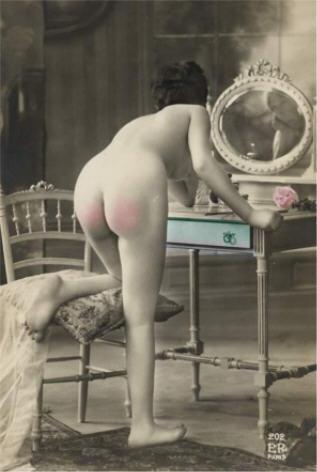 BDSM Spanking Vintage carte postale française d'époque colorisée.