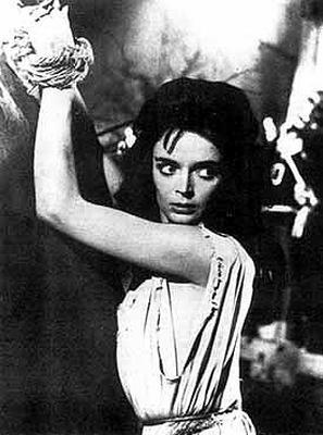Barbara Steele attachée comme dans un bondage pour les besoins du film La maschera del demonio de Mario Bava et Ennio De Concini en 1960.