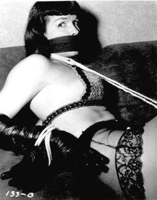 "BDSM Betty Page Bondage version ""Sweet Gwendoline"" de John Willie."