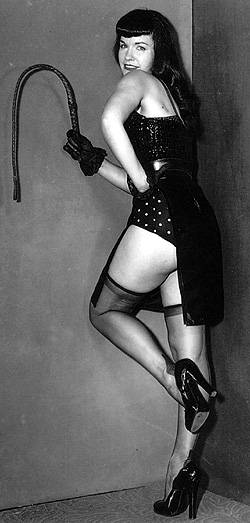 BDSM Betty Page en Domina au fouet.