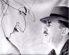 Fernand Léger face à son portrait en fil de fer réalisé par Calder photographie Walter Limot.