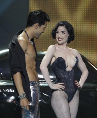 Dita Von Teese le corset aux seins dénudés censuré à l'Eurovision 2009 Moscou.