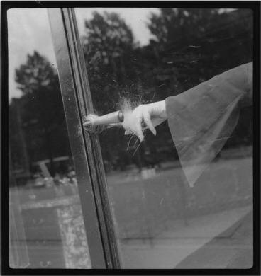 """""""La main qui explose"""" une photographie d'inspiration surréaliste Lee Miller 1930."""