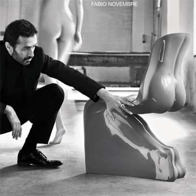 """L'architecte designer Fabio Novembre travaillant autour de son projet de chaise """"Her"""" pour la boutique Casamania."""