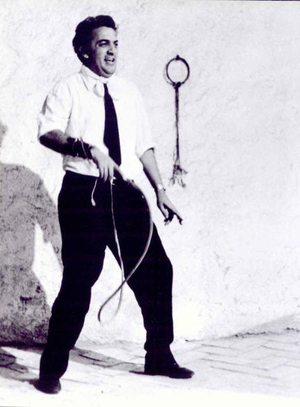 """Fellini au fouet en  1963 sur le tournage de """"Huit et demi"""" photo Tazio Secchiaroli exposition Jeu de Paume Paris 2009."""
