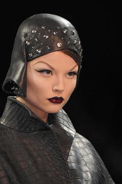 Galliano Dior Haute Couture Femme 2009 détail casque cuir