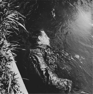 Gardien SS noyé à Dachau Lee Miller 1945.