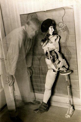 """Hans Bellmer BDSM Autoportrait devant l'une des ses """"Poupées"""" 1945."""