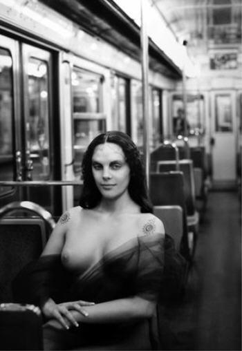"""""""La Joconde dans le métro"""" de """"Rose, c'est la vie"""" Bettina Rheims et Serge Bramly 2010 BNF."""