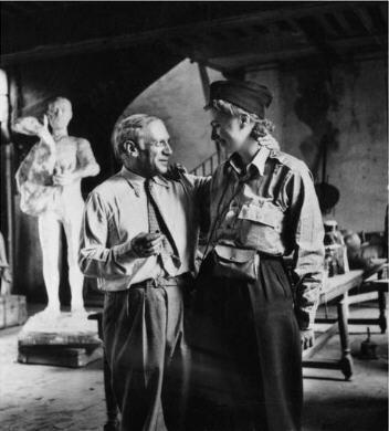 Lee Miller retrouve Picasso dans l'atelier du peintre lors de la Libération de Paris 1944 photographie dont l'auteur demeure anonyme.