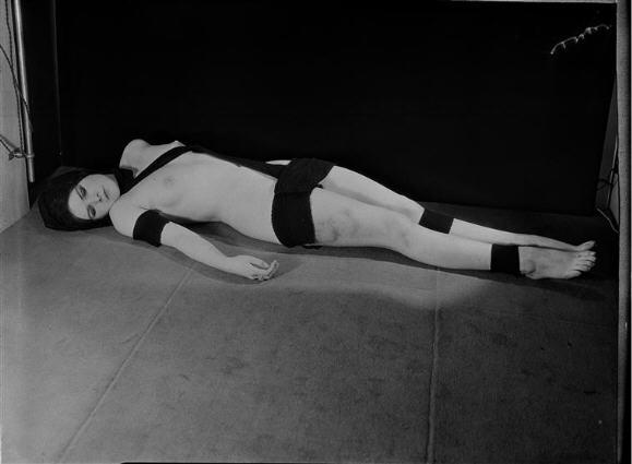 "Man Ray Série BDSM ""Accessoires"" modèle Natasha Janot 1930."