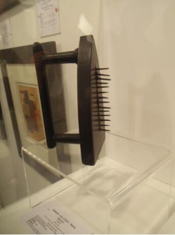 "Man Ray ""Cadeau"" le fer à repasser clouté 1921 FIAC 2008 Paris Galerie 1900-2000."