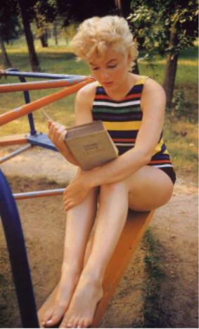 """Marilyn Monroe lisant l'""""Ulysse"""" de Joyce sur la célèbre photographie d'Eve Arnold en 1954."""