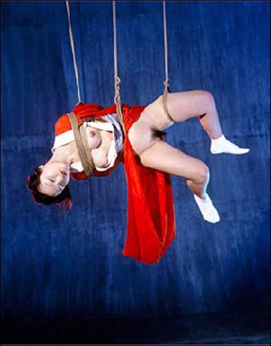 BDSM Nobuyoshi Araki, la photo qui figurait sur le carton d'invitation de la Galerie parisienne Templon en juillet pour l'exposition Bondages et qui a créé un scandale avec La Poste.