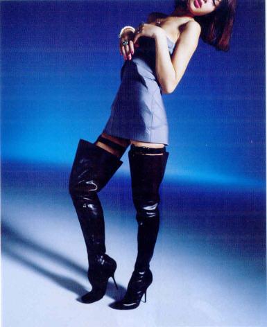 """Nobuyoshi Araki """"Cuissardes pour fleurs vénéneuses"""", extrait du portfolio de mode réalisé pour le magazine féminin """"Jalouse"""", No 123, septembre 2009."""