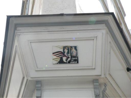 Soumission au fronton Street Art anonyme rue Mazet rue Dauphine Paris août 2008.