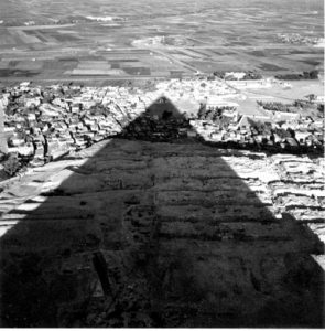 """The shadow of great pyramid"" une photographie de Lee Miller en Egypte en 1938."