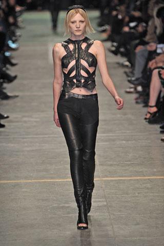 """BDSM cuir Les Poupées Bondage de la """"Fashion Week"""" été 2009: Riccardo Tisci pour Givenchy."""
