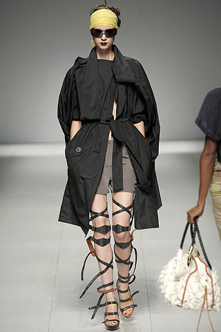 """Les Poupées Bondage de la """"fashion Week"""" été 2009: Vivienne Westwood."""