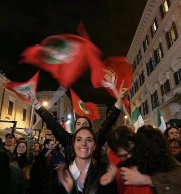 Italie Jeunes fêtant la victoire de la coalition Prodi avril 2006