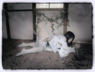 Ken-Ichi Murata Bondage agenouillée AURORAWEBLOG