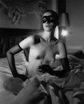 Helmut Newton Femme masquée à la cigarette AURORAWEBLOG