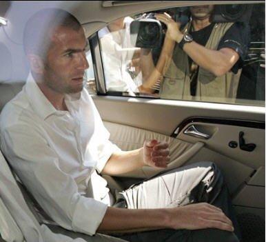 Zidane sort de la Commission FIFA le 20 juillet 2006 AURORAWEBLOG
