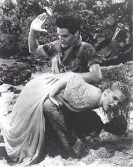 Elvis Presley administrant une fessée à Jenny Maxwell dans Blue Hawaii 1961