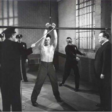 Elvis Presley fouetté par un gardien dans Jailhouse Rock 1957