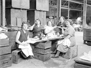 Ouvrières en grève occupant leur usine Front Populaire juin 1936 AURORAWEBLOG