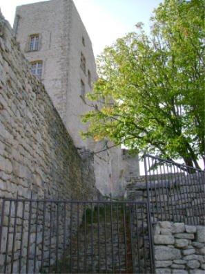 Le Château du Marquis de Sade à Lacoste partie reconstruite par Pierre Cardin