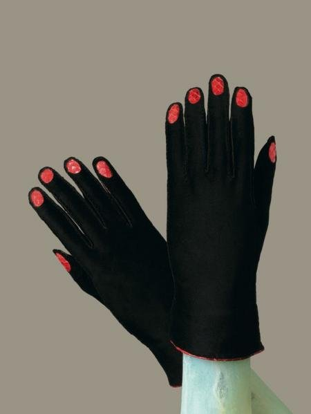 Fétichisme Gants 1936-1937 Elsa Schiaparelli Surreal Things Surrealism and Design Victoria and Albert Museum 2007